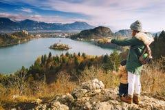 Resande familj som ser på Bled sjön, Slovenien, Europa arkivfoton