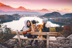 Resande familj som ser på Bled sjön, Slovenien, Europa royaltyfria foton