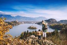 Resande familj som ser på Bled sjön, Slovenien, Europa royaltyfri fotografi