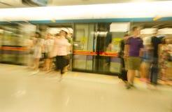Resande folk på gångtunnelstationen i rörelsesuddighet Royaltyfri Fotografi