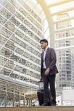 Resande grabb som bär smart tillfällig stil som bort går med hans bagage Arkivfoto