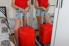 Resande kvinna med resväskan Royaltyfri Foto