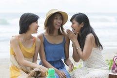 Resande tid för ung asiatisk lycka för kvinna avslappnande på havsstranden Royaltyfri Bild