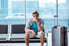Resanden för ung man för hans sommarstrandsemester royaltyfri foto