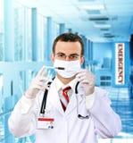 Resarch del doctor una jeringuilla del examen médico con sangre. Imagen de archivo libre de regalías