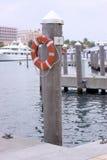 Resbalón 12 - Muelle del barco con el ahorrador de vida Imágenes de archivo libres de regalías