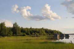 Resbalón abandonado doc. en una orilla del lago foto de archivo libre de regalías