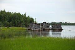 Resbalón abandonado doc. en una orilla del lago fotos de archivo libres de regalías