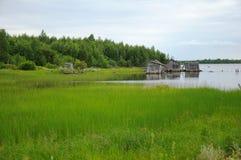 Resbalón abandonado doc. en una orilla del lago fotografía de archivo libre de regalías