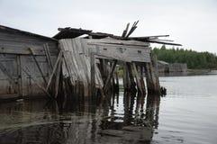 Resbalón abandonado y roto doc. en un lago imágenes de archivo libres de regalías