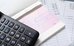 Resbalón compruebe, de paga y calculadora imagen de archivo libre de regalías
