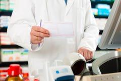Resbalón de la prescripción del farmacéutico en farmacia Imágenes de archivo libres de regalías
