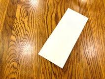 Resbalón vacío del Libro Blanco puesto la tabla fotografía de archivo libre de regalías