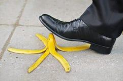 Resbalón y caída en una piel de plátano Imágenes de archivo libres de regalías