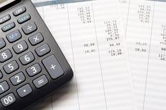 Resbalón y calculadora de paga foto de archivo