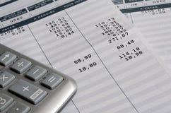 Resbalón y calculadora de paga euro imagen de archivo