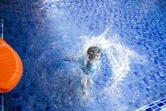 Resbalador asiático de la piscina del juego del muchacho Imagen de archivo