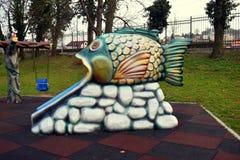Resbalador colorido de los pescados en el parque de Zavoi de Ramnicu Valcea imagen de archivo