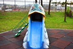 Resbalador colorido de los pescados en el parque de Zavoi de Ramnicu Valcea imagenes de archivo