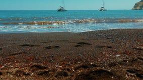 Resbalador tirado de la playa volcánica de la arena roja metrajes