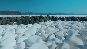 Resbalador tirado mostrando los guijarros blancos y negros típicos en una isla mediterránea almacen de metraje de vídeo