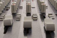 Resbaladores audios de una consola de mezcla Fotos de archivo