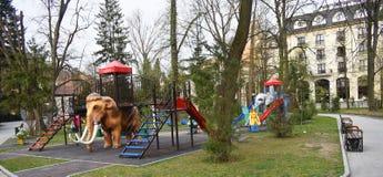 Resbaladores coloridos en el parque hermoso de Zavoi de Ramnicu Valcea en un d?a de primavera fotografía de archivo libre de regalías