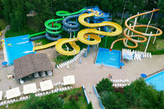 Resbaladores del aquapark del panorama, parque de la aguamarina Imagen de archivo