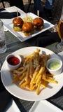 Resbaladores y fritadas de la hamburguesa Imagenes de archivo
