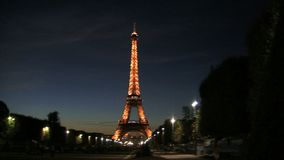 Resbale de la torre Eiffel en la noche almacen de metraje de vídeo