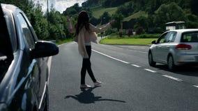 Resbale el tiro de la mujer enojado nadie le ayudan con el coche quebrado metrajes