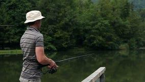 Resbale el tiro de una pesca del hombre almacen de video