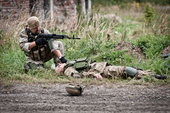 Rescate del soldado herido Fotos de archivo libres de regalías