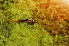 Rescate el helicóptero sobre los árboles en las montañas Fotografía de archivo