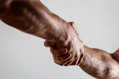 Rescate, gesto de ayuda o manos Concepto de salvación Dos manos, brazo, mano amiga de un amigo Apretón de manos imagen de archivo