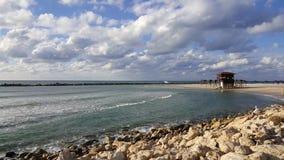 Rescate la cabina, orilla de mar Mediterráneo, pescador, Haifa, Israel Imagen de archivo libre de regalías