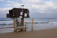 Rescate la cabina, torre para los salvavidas colocados en la playa del mar Imagen de archivo