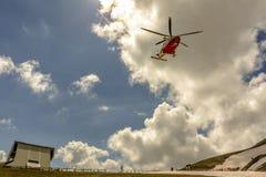Rescate por helicóptero en la montaña imagen de archivo