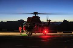 Rescate por helicóptero, noche en dolomías imagen de archivo libre de regalías