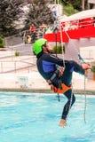 Rescate que sube del ejercicio Gente de entrenamiento del rescate Recuperación usando técnicas de la cuerda Imagen de archivo