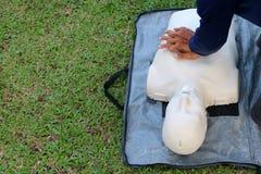 Rescate y CPR que entrenan a los primeros auxilios y al guardia de vida imágenes de archivo libres de regalías