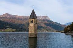 教会在湖Reschen的水中在蒂罗尔在北部意大利 库存图片