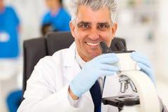 Reseacher médico mayor Foto de archivo libre de regalías