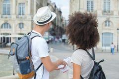 Resehandbok för par för bakre sikt hållande i stad Arkivfoton