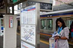 Resehandbok för thai kvinna för handelsresande läs- för den loppwakayama staden arkivfoto