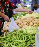 RESEN, MACEDONIË - JULI 15, 2017: De mensen kopen verse vruchten en groenten op een landbouwersmarkt in Resen, Macedonië Royalty-vrije Stock Fotografie
