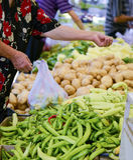 RESEN MAKEDONIEN - JULI 15, 2017: Folket köper nya frukter, och grönsaker på en bonde marknadsför i Resen, Makedonien Royaltyfri Fotografi