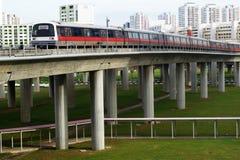 Reser det snabba drevet för Singapore mass (MRT) på spåret i Jurong Arkivfoto