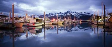 在光滑的Reserrection海湾Seward阿拉斯加港口小游艇船坞的小船 免版税库存照片