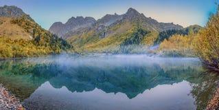 Reserva caucásica de la biosfera Niebla de la mañana en el lago Kardyvach Fotos de archivo libres de regalías